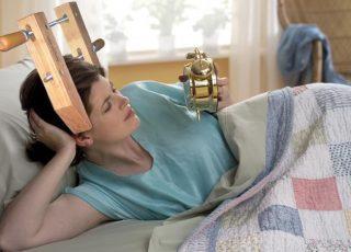 Une femme a des maux de tête au réveil